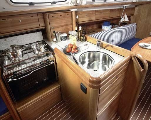 Bavaria 31 Cruiser - keuken met 2-pits gasstel, koelkast en oven