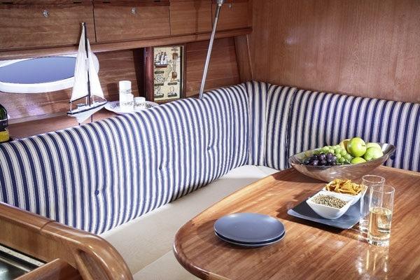 Bavaria 34 Cruiser - salon gezien vanaf navigatietafel