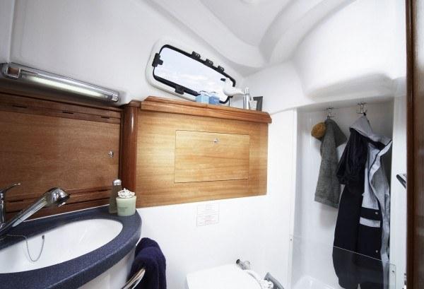 Bavaria 34 Cruiser - natte cel met toilet en douche