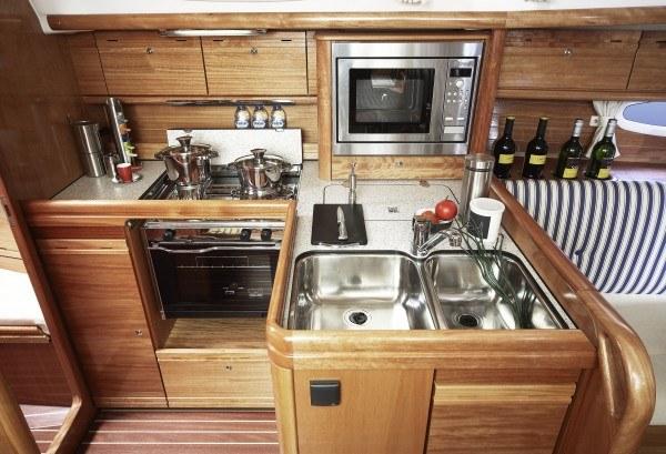 Bavaria 34 Cruiser - keuken gezien vanaf navigatietafel