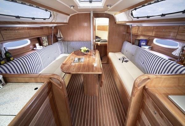 Bavaria 34 Cruiser - salon gezien vanaf keuken