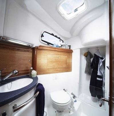 Bavaria 35 Cruiser - natte cel met toilet en douche