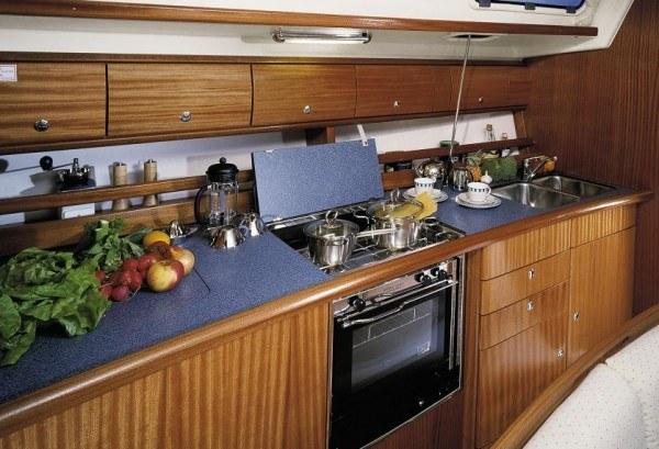 Bavaria 44 - keuken gezien vanaf de zithoek