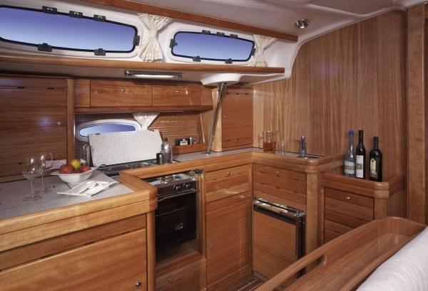 Bavaria 46 Cruiser - keuken gezien vanaf de zithoek