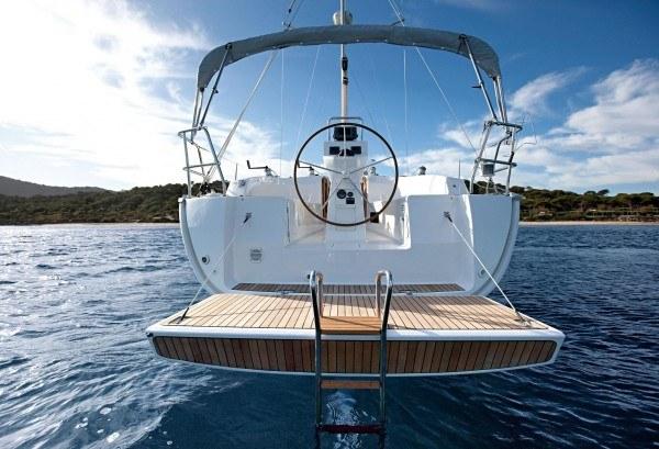 Bavaria 32 Cruiser - gezien van de achterkant met open geklapt zwemplateau
