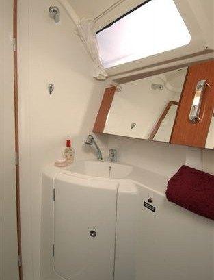 Beneteau Oceanis 31 - natte cel met toilet en douche