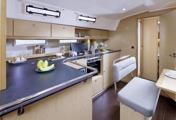 Bavaria 45 Cruiser - keuken gezien vanaf de salonbank