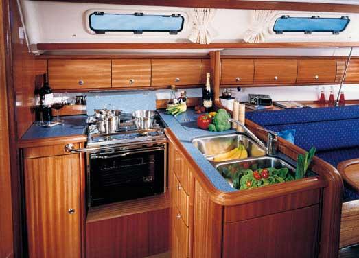 Bavaria 36 - keuken gezien vanaf navigatiehoek.