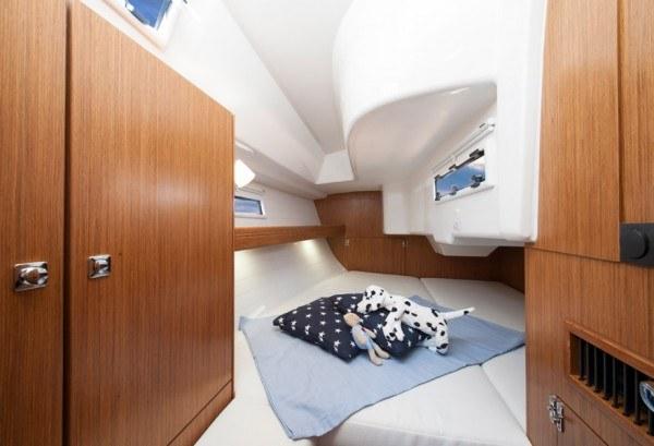 Bavaria 33 - Ruime hut achter met tweepersoonsbed