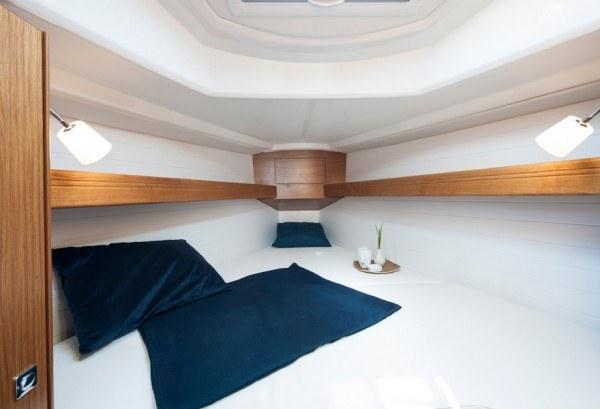 Bavaria 33 - ruime hut voor in de punt met een tweepersoonsbed